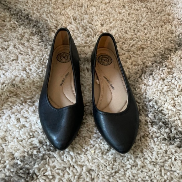 Black pointed toe flats.